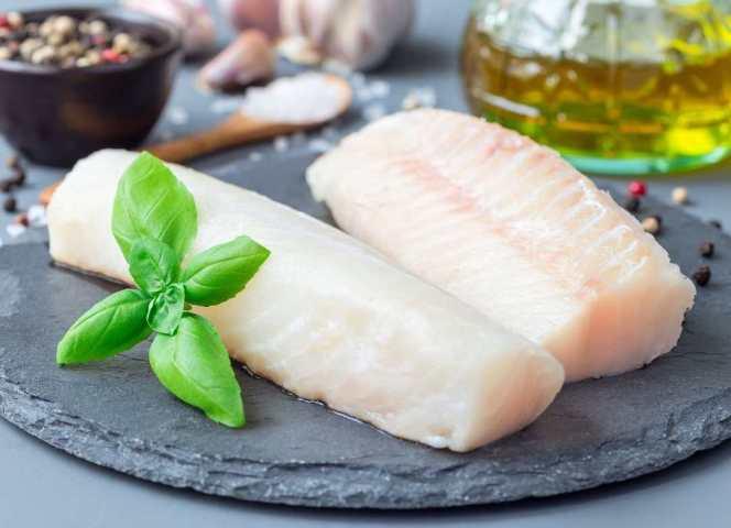 El bacalao es un tipo de pescado rico en proteínas y bajo en calorías, grasas y carbohidratos.