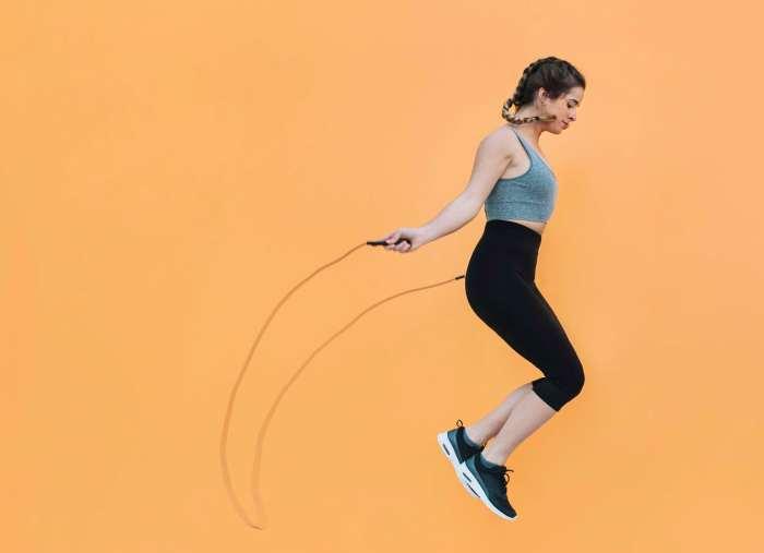Mientras saltas la cuerda, no solo quemas grasa, también aumentas tu frecuencia cardiaca y fortaleces los músculos de las piernas.