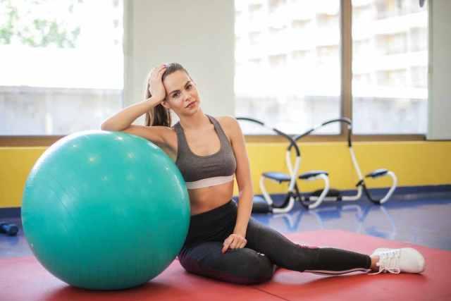 Fitball: 5 Ejercicios con pelota para tonificar y fortalecer tus abdominales