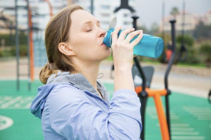 Las bebidas con electrolitos son suplementos fitness que sirven para hidratar, reponer electrolitos y dar energía gracias a los carbohidratos que contienen.