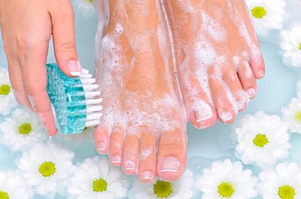 cómo lavar los pies