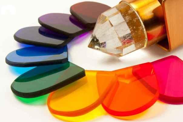 Los colores que se utilizan con mayor frecuencia en la cromoterapia son: rojo, amarillo, naranja, verde, azul y violeta.