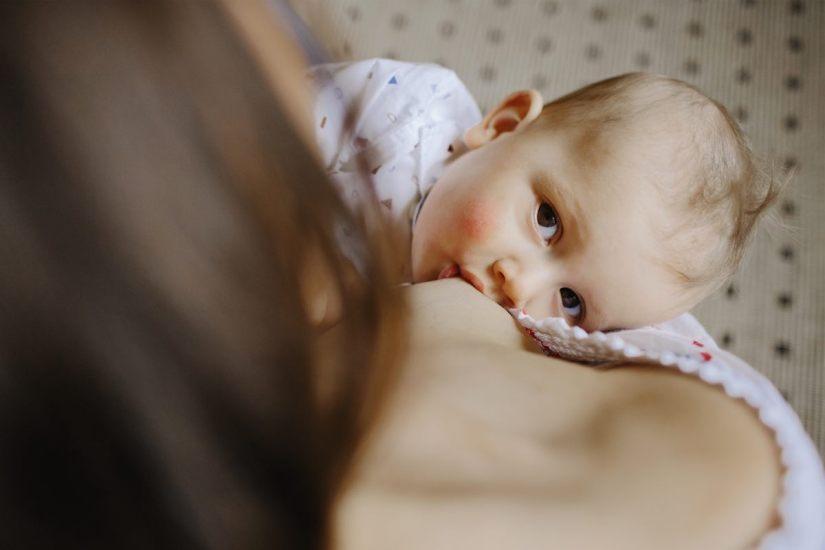 La leche materna contiene anticuerpos contra Covid-19, afirman expertos