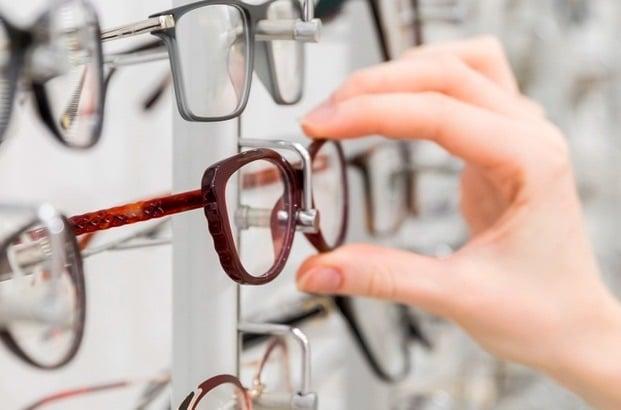 Con usar lentes nos referimos a ópticos y solares, ambos son muy importantes para cuidar tus ojos y mantenerlos saludables.