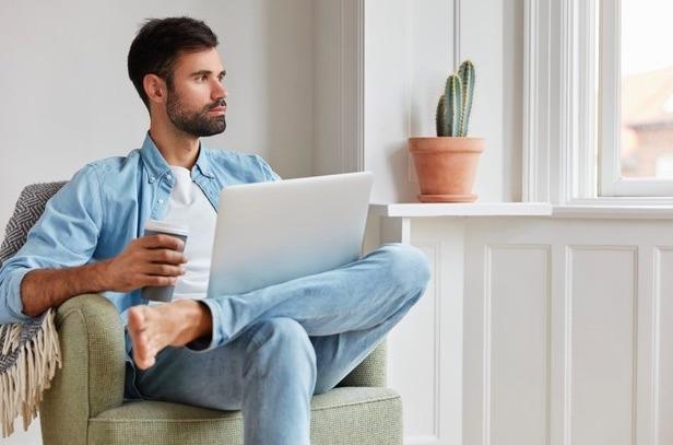 Otro tip ergonómico mientras hacer home office es dar un descanso a tu vista con la regla 20-20-20: por cada 20 minutos viendo la computadora, descansa 20 segundos mira algo que esté a 20 pies de distancia.