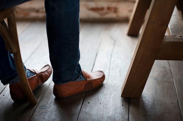 Mientras haces home office es muy importante que en tu lugar de trabajo sea ergonómico, con espacio suficiente para poder estirar tus pies mientras trabajas.