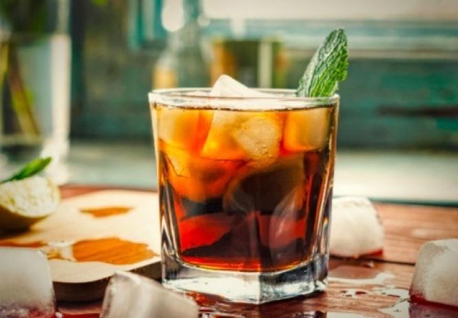 El ron es una bebida alcohólica que no contiene carbohidratos