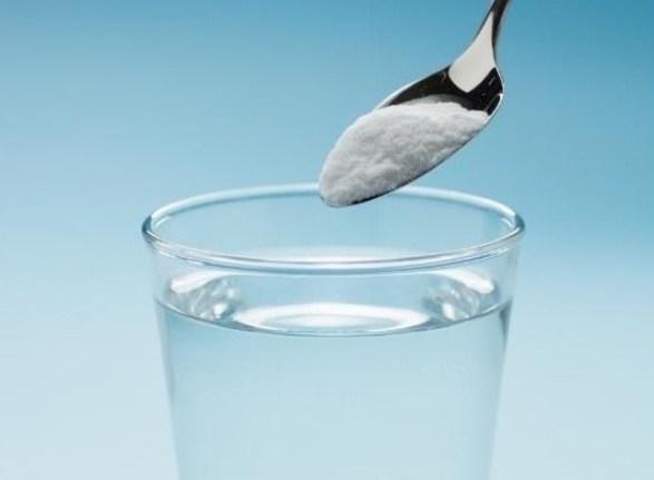 Para aliviar los malestares después de una noche de copas, tómate una vaso de agua con una cucharadita de bicarbonato de sodio al despertar.