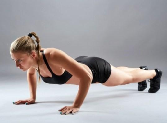 Fortalece hombros, bíceps, tríceps y pecho con una serie de lagartijas en tu entrenamiento de calistenia.