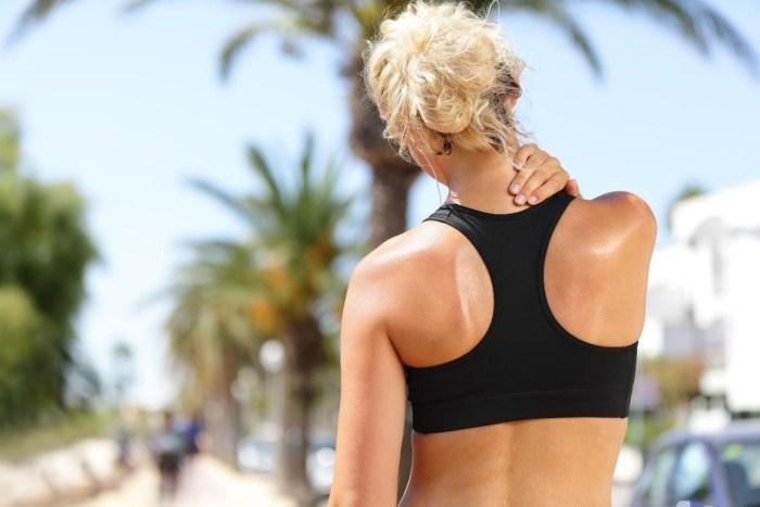 4 Ejercicios de estiramiento para aliviar la tensión en cuello y hombros