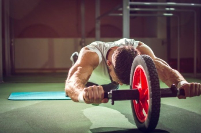 Aumenta un poco el grado de dificultad desplegando la rueda abdominal de pie.