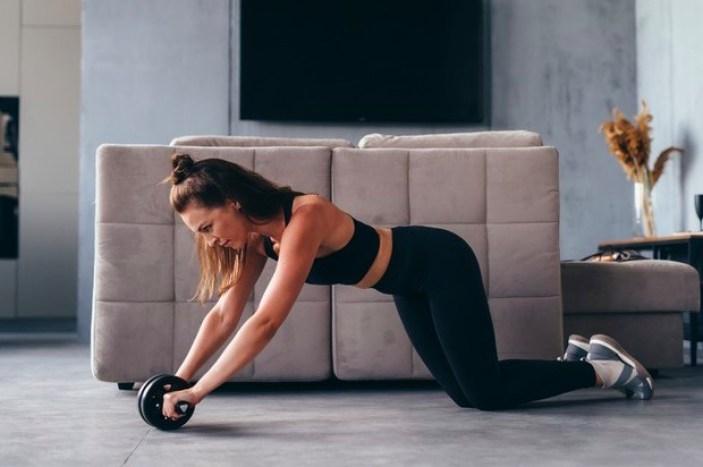Para los principiantes, el roll apoyando rodillas es el ejercicio con la rueda abdominal recomendado, ya que el apoyo es más firme y con menos riesgo de lesiones.