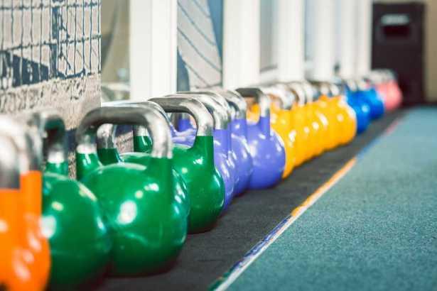 Estudios demuestran que el entrenamiento con pesas rusas brinda grandes resultados después de ocho semanas, pues puede aumentar la fuerza del core en un 70%.
