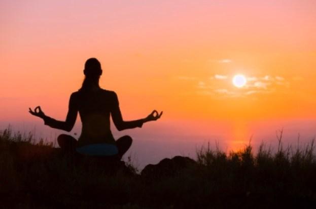 La meditación es una actividad de autocuidado que te ayuda a lidiar con este tipo de emociones.