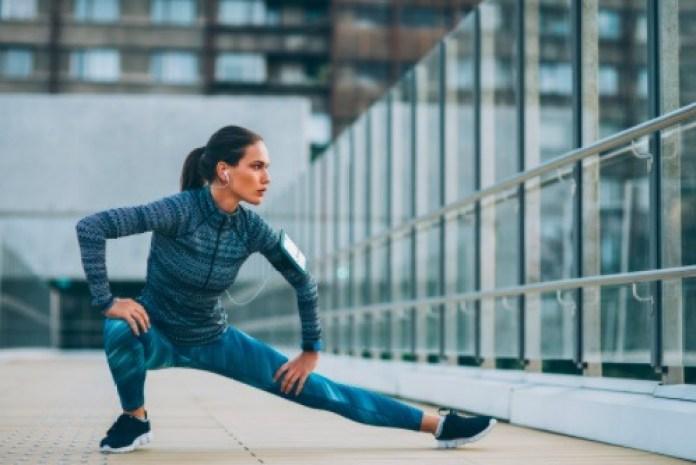 La estocada lateral es un ejercicio que tiene efectos en tu flexibilidad y fuerza.