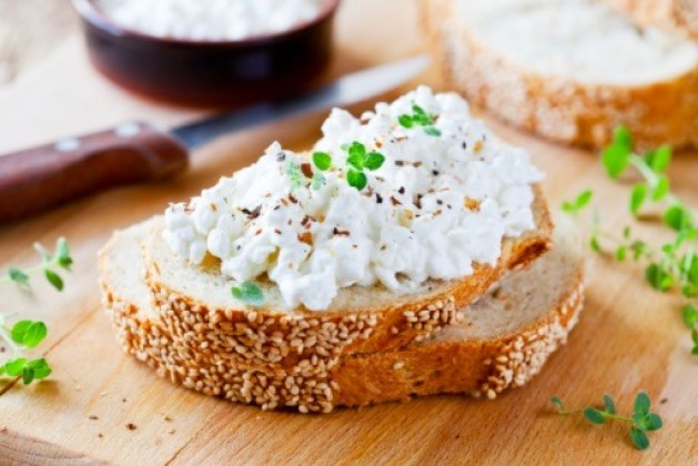 El queso cottage es considerado uno de los productos lácteos más saludables. Es bajo en calorías y grasas, además de que se elabora con leche descremada.
