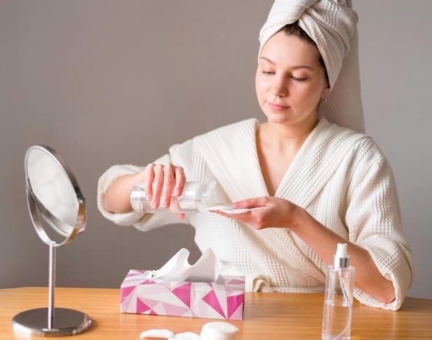 Ya sea que uses el agua micelar para hidratar, desmaquillar o limpiar, debes hacerlo siguiendo algunos tips para asegurar que tu piel reciba el beneficio que deseas.
