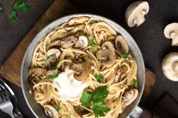 Los champiñones son una verdura con muchos nutrimentos, así que son perfectos para preparar una receta diferente de spaghetti.