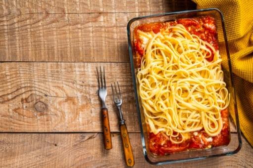 Si te gusta el queso gratinado, entonces el spaghetti al horno se convertirá en tu favorito.