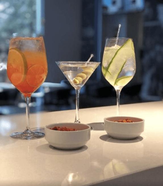 El Mood Bar es idóneo para ir con tu pareja o amigos el fin de semana y disfrutar una agradable velada.