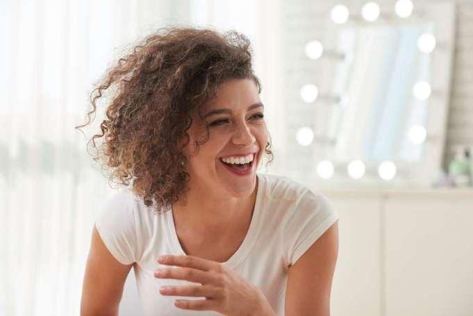 Reír y sonreír son acciones muy sencillas que contribuyen a la liberación de dopamina y endorfinas, que ayudan a cambiar la química del cerebro.