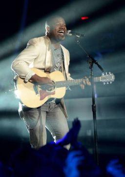 CJ Harris sings on Idol