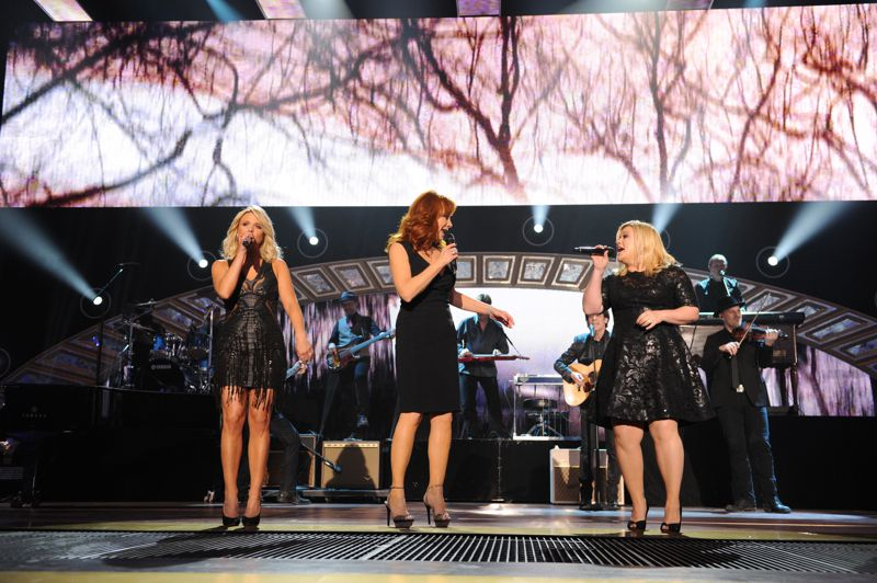 Kelly Clarkson performs at the ACCAs – 02