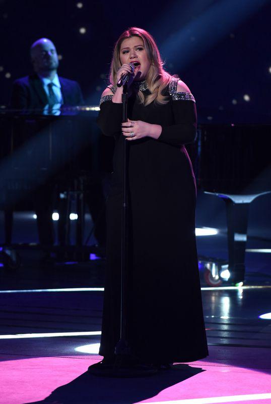 american-idol-2016-top-10-02-kelly-clarkson