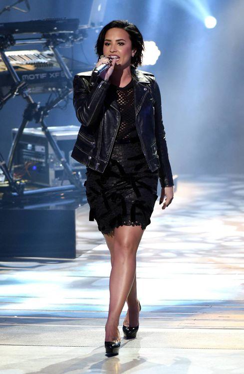 american-idol-2016-top-8-demi-lovato-02