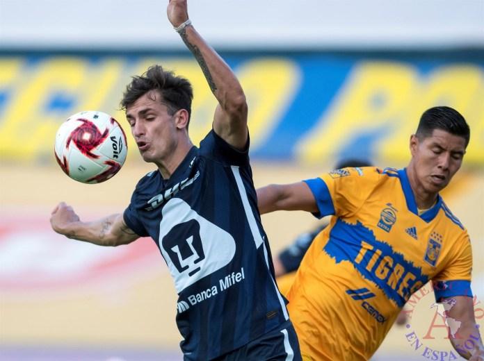 Hugo Ayala de Tigres disputa el balón con Juan Ignacio Dinenno