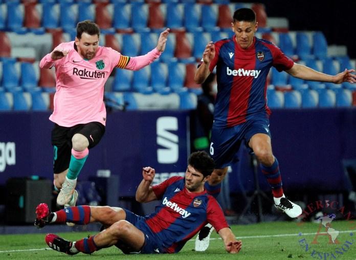 El jugador del Barcelona, Lionel Messi (i), salta por encima del centrocampista del Levante, Melero, en presencia de Oscar Duarte, durante el partido de la trigésimo sexta jornada de Liga en Primera División disputado en el estadio Ciutat de València.