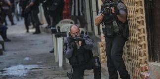 Miembros de la Policía realizan un operativo policíal contra una banda de narcotraficantes hoy, en un favela de Río de Janeiro