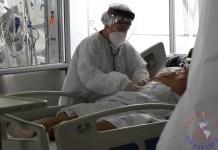 Una empleada de la salud atiende a un paciente