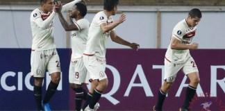 Alex Valera (i), del Universitario de Perú, fue registrado este martes al celebrar un gol que le anotó al Independiente del Valle de Ecuador