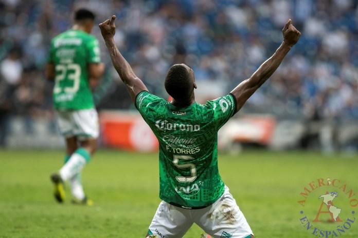 Félix Torres, defensa ecuatoriano del Santos Laguna, al festejar la victoria de su equipo
