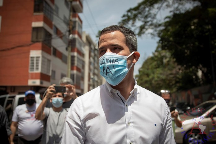 El líder opositor venezolano, Juan Guaidó, participa en una manifestación del sector salud