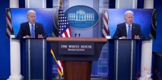 Vista de monitores en los que se ve al presidente de EE.UU., Joe Biden, participando en una reunión virtual sobre la pandemia,