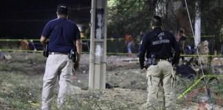 Agentes de investigación resguardan el sitio donde fue asesinada la candidata a la presidencia Alma Rosa Barragán Santiago