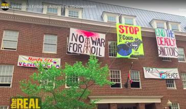 """Transparente am Botschaftsgebäude: """"Hände weg von Venezuela"""", """"Kein Krieg für ÖL"""", """"Stoppt den Putsch"""", """"Beendet die tödlichen Sanktionen"""" und """"Frieden"""" (Screenshot)"""
