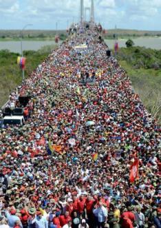 Tausende Regierungsanhänger versammelten sich am vergangenen Mittwoch auf der Brücke Angostura in Ciudad Bolívar an der Grenze nach Brasilien, um gegen Interventionismus und Krieg zu demonstrieren