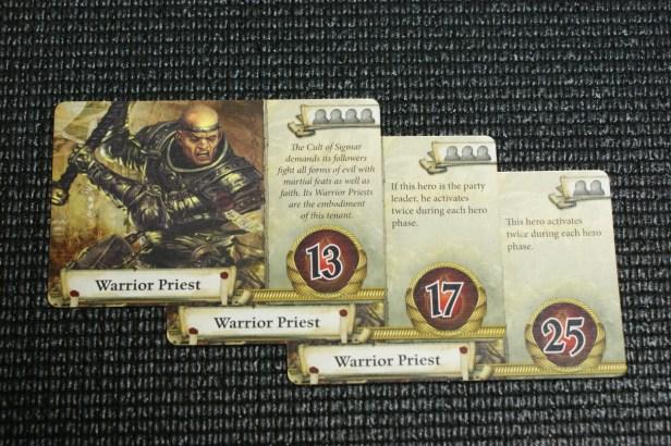Overzichtskaarten voor de Warrior Priest. Let op het aantal iconen voor spelers. Hoe meer spelers, hoe minder levenspunten.