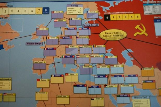 Europa op het bord. Zie het kleur verschil tussen oost (licht) en west (donker) Europa.