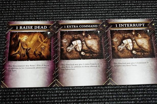 Wat van de overlord kaarten. Een Raise Dead, een Extra command kaart én interessant. De interrupt. Deze kaart laat je een monster activeren tijdens de beurt van de Helden.