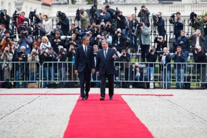 Obama and Komorowski participate in a welcome ceremony at the Presidential Palace in Warsaw
