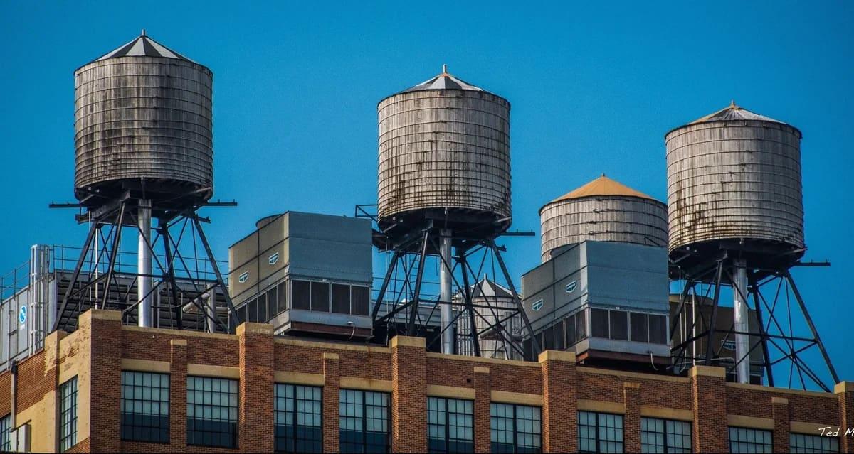Что это такое? Гнилые бочки на крышах Нью-Йорка!