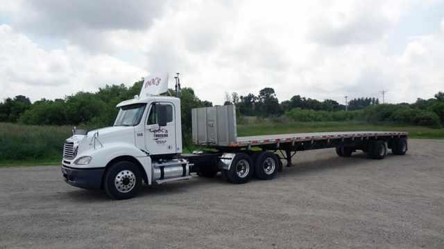 Tractor semi. Седе́льный тяга́ч грузовик с бортовым прицепом