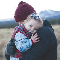 אבא וילדה מחובקים