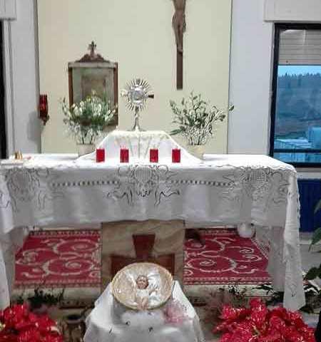 ……….con al centro Gesù Eucaristico.
