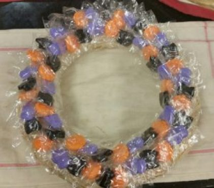 halloween-candy-wreath-with-lollipop-on-base-image