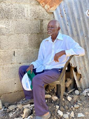 Eldre mann følger med på oppussingen